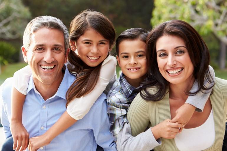 hispanic-familia-feliz-crianza