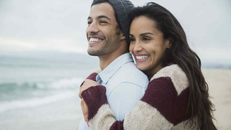 pareja-abrazados-en-la-playa-pareja-amor-como-encontrar-el-amor
